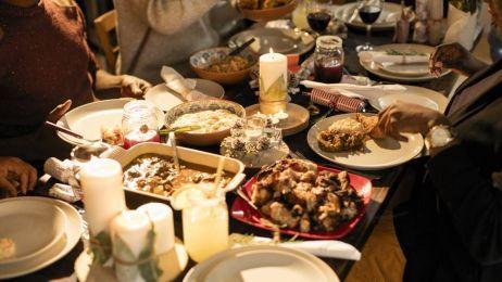 Uczucie dyskomfortu po jedzeniu? Powodem nie muszą być tłuste dania. Mity nt. wzdętego brzucha