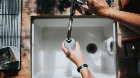 W ten sposób marnujesz najwięcej wody. 10 złych nawyków