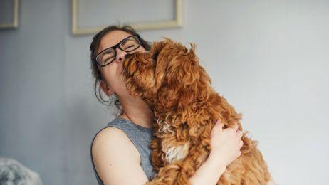 Częściej całujemy nasze psy niż partnerów. Jest na to badanie