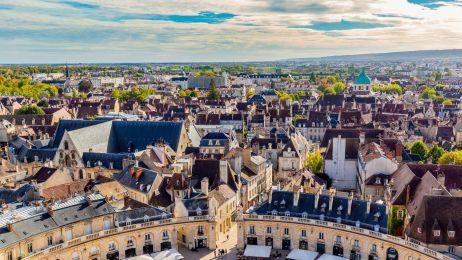 Stołeczne Dijon to Burgundia w pigułce. Dumą miasta jest pikantna musztarda produkowana wyłącznie z brązowej gorczycy. Na zdj.: widok na miasto z wieży Philippe'a le Bona w Pałacu Książąt Burgundii.