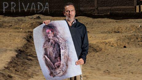Michael Spano, właściciel miejscowej pizzerii, trzyma zdjęcie jednego z pierwszych dzieci wykopanych w Huanchaquito. Spano zwrócił uwagę archeologa Gabriela Prieto na kości pojawiające się na pustej działce obok jego domu, namawiając go do przebadania teg