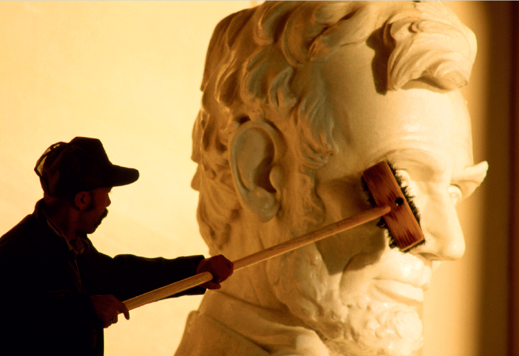 Posąg Abrahama Lincolna w Springfield - Szukasz szczęścia w podróży? Te pomniki podobno je gwarantują. Oto 7 najczęściej pocieranych posągów na świecie