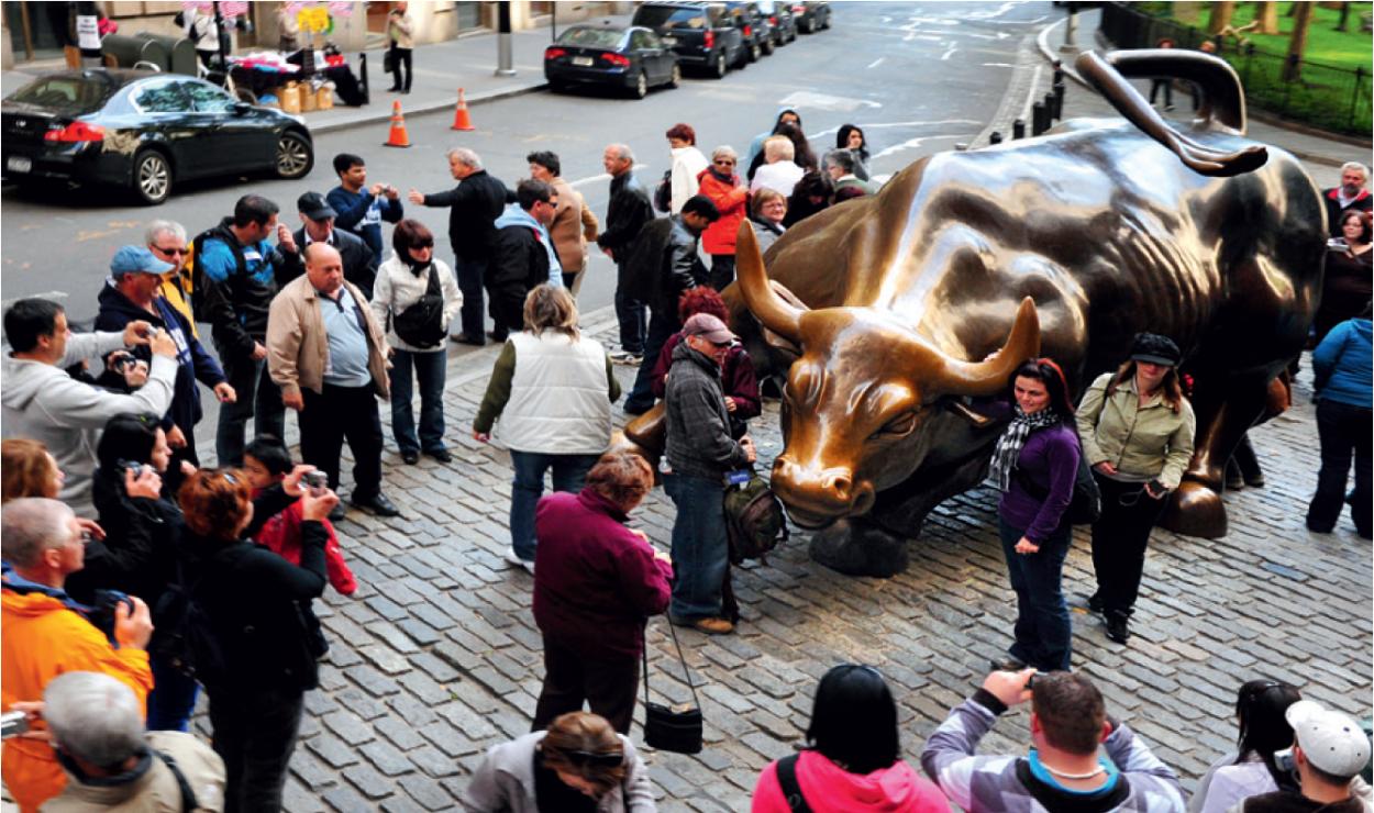 Charging Bull, czyli posąg szarżującego byka (Nowy Jork) - Szukasz szczęścia w podróży? Te pomniki podobno je gwarantują. Oto 7 najczęściej pocieranych posągów na świecie