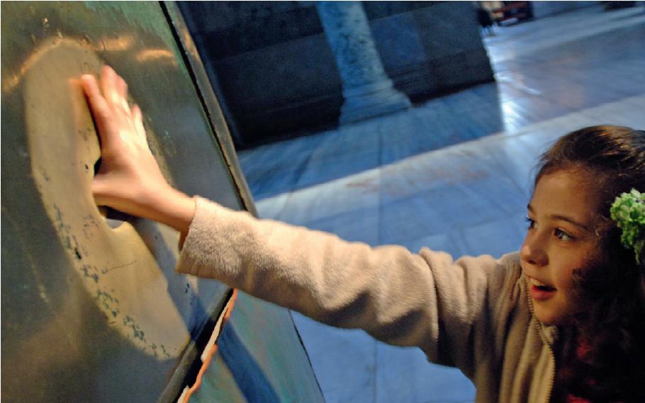 Kolumna życzeń, Hagia Sophia (Stambuł) - Szukasz szczęścia w podróży? Te pomniki podobno je gwarantują. Oto 7 najczęściej pocieranych posągów na świecie
