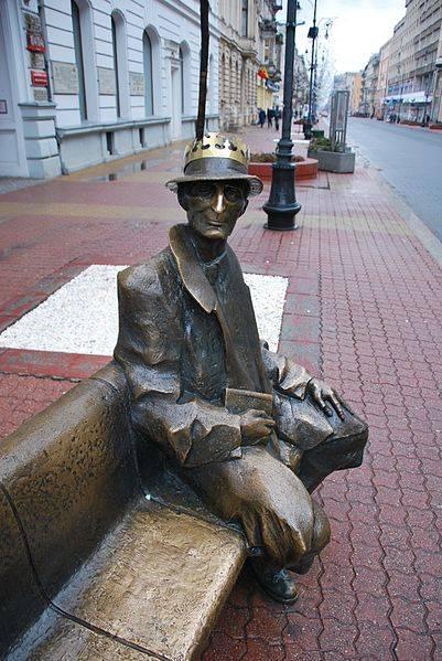 Pomnik Juliana Tuwima na Piotrkowskiej - Szukasz szczęścia w podróży? Te pomniki podobno je gwarantują. Oto 7 najczęściej pocieranych posągów na świecie