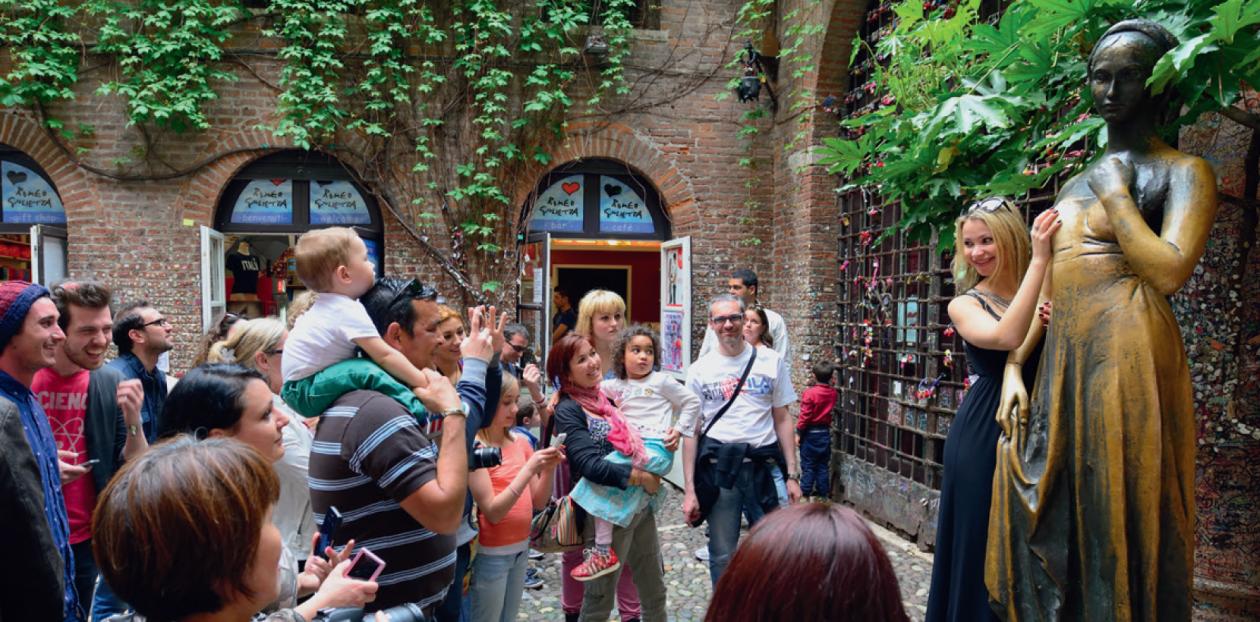 Posąg Julii w Weronie - Szukasz szczęścia w podróży? Te pomniki podobno je gwarantują. Oto 7 najczęściej pocieranych posągów na świecie