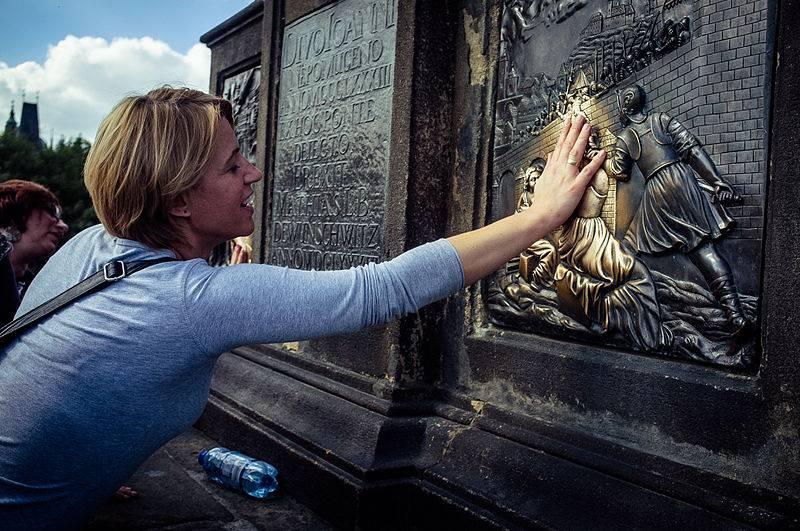 Figura św. Jana Nepomucena na Moście Karola - Szukasz szczęścia w podróży? Te pomniki podobno je gwarantują. Oto 7 najczęściej pocieranych posągów na świecie