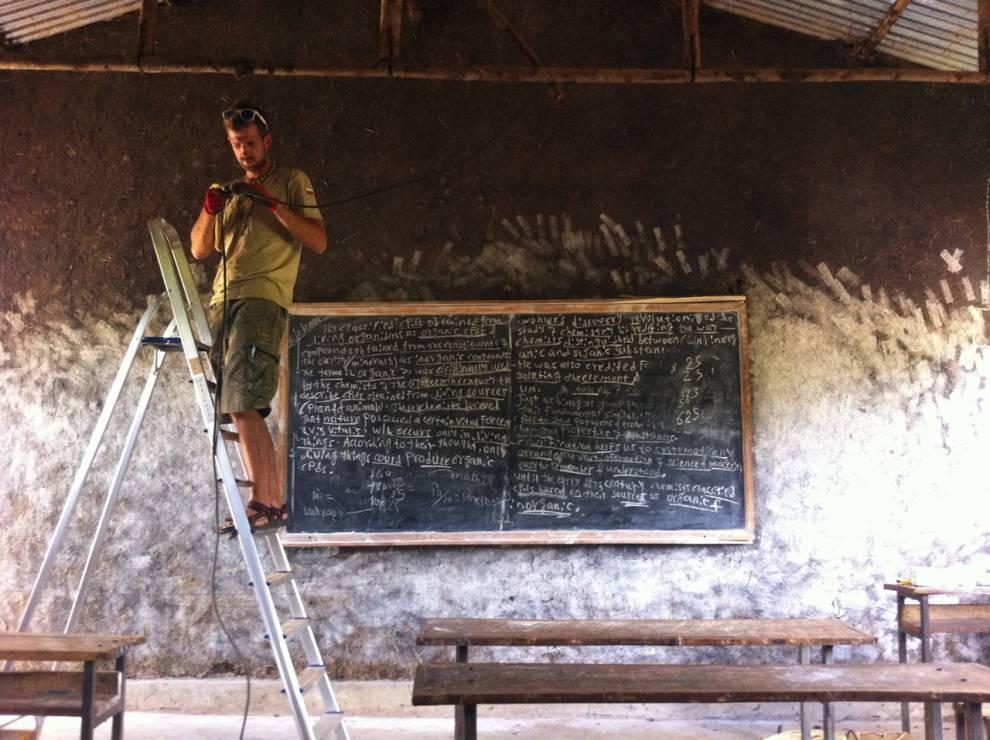 Polacy oświetlili etiopskie szkoły - Polacy oświetlili etiopskie szkoły. Dzięki temu młodzi Etiopczycy nie muszą już rezygnować z nauki