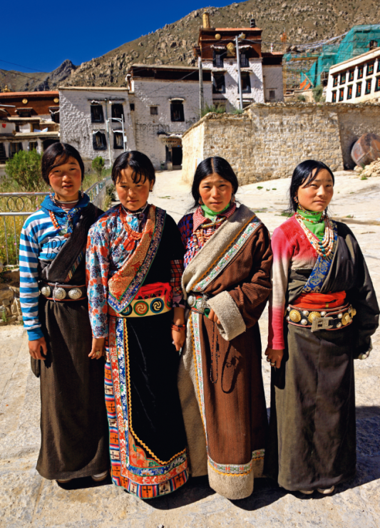 Kobiety w tradycyjnych strojach tybetańskich. - Wsiądź do pociągu na dach świata. Podróż koleją transtybetańską to przeżycie ekstremalne