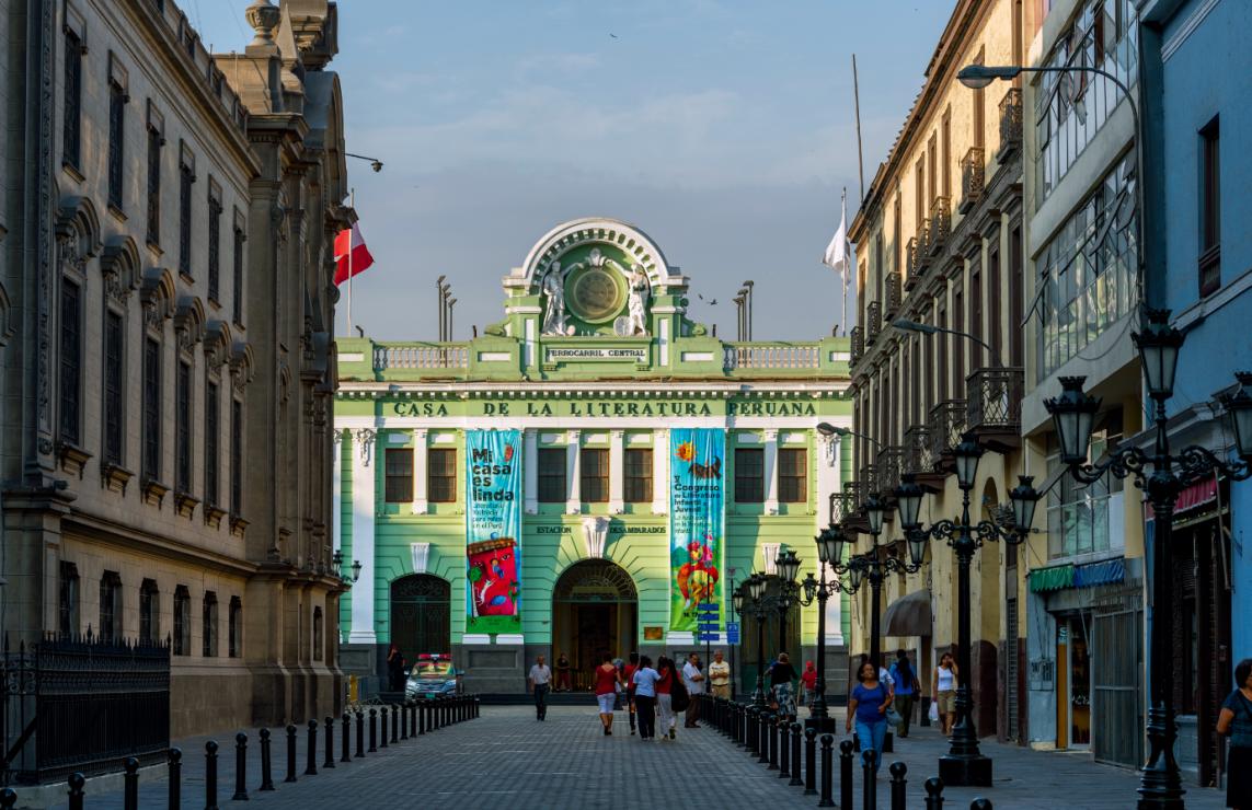 Dworzec kolei  w Limie - Zobacz Amerykę Południową z okna pociągu. Ta trasa przez Andy należy do najbardziej spektakularnych na świecie!