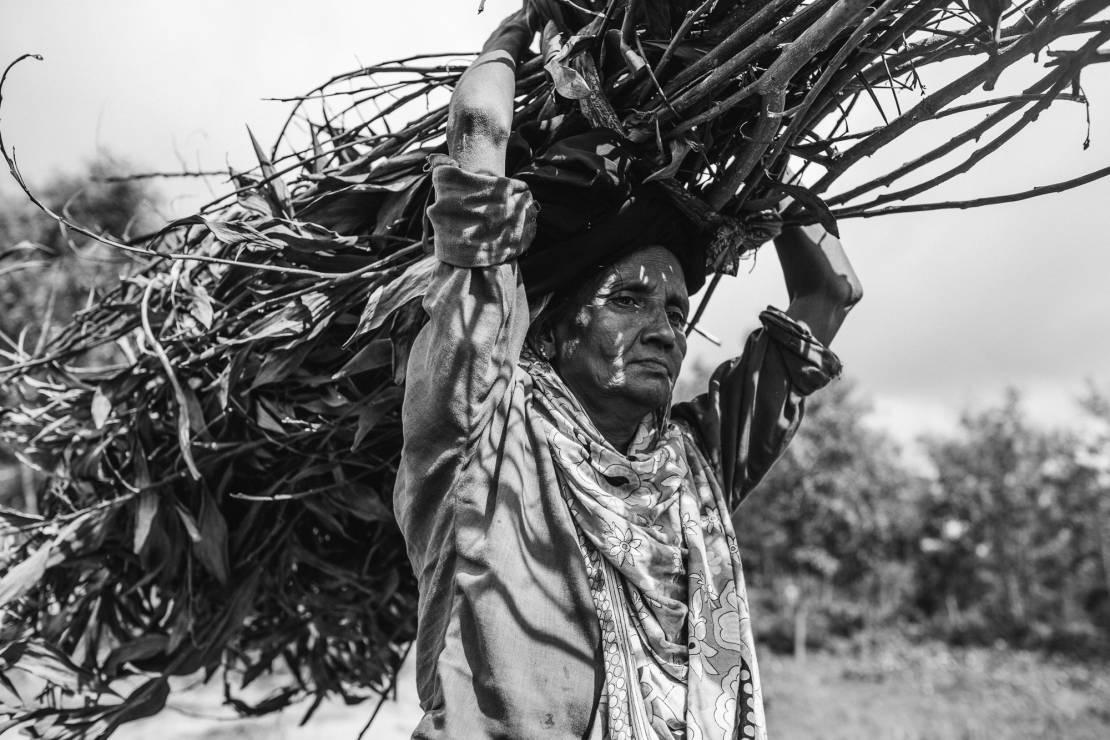 Kobieta znosi drewno z okolicznych lasów. - To najbardziej prześladowana mniejszość etniczna.  Zobacz Rohingjów na zdjęciach fotografa National Geographic