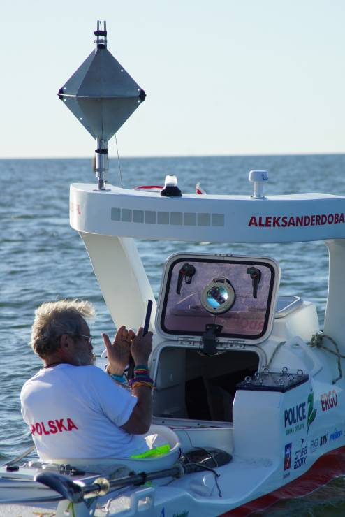"""Komunikacja z Aleksandrem Dobą odbywa się przez telefon satelitarny. - """"To mogą być najtrudniejsze z dotychczasowych 24 godziny wyprawy"""". Aleksander Doba na Golfsztromie"""