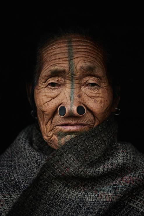 Adam Kozioł - Twarzą w twarze. Zobacz poruszające zdjęcia plemion Afryki i Azji