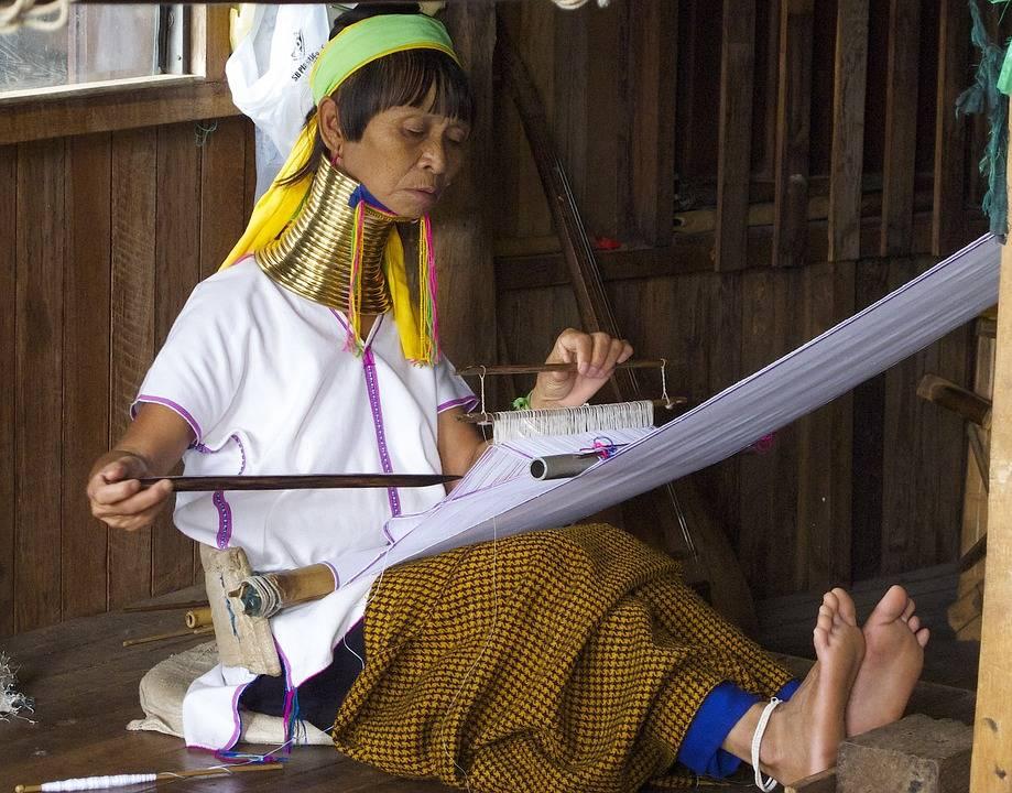 1. Zdjęcie  - Kobiety Padaung uwięzione w tradycji.