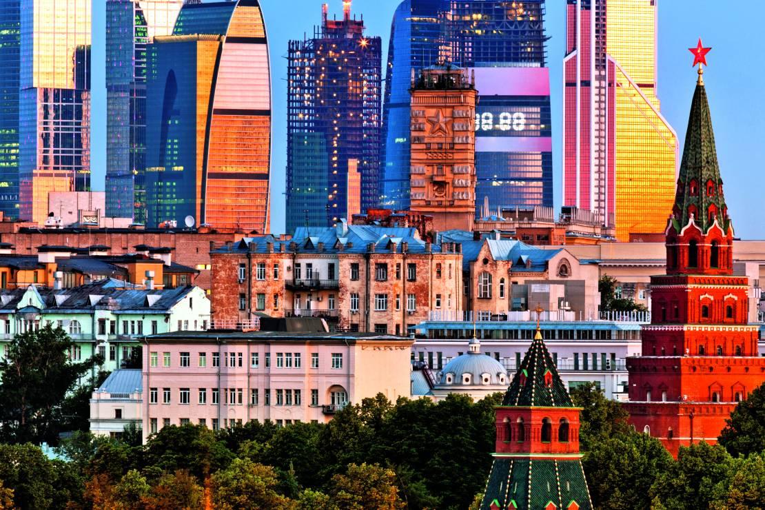 W Moskwie sacrum i profanum przenikają się na każdym kroku. Na zdj.: wieże Kremla – siedziby carów – na tle nowoczesnych biurowców z ostatnich lat. - Moskwa: