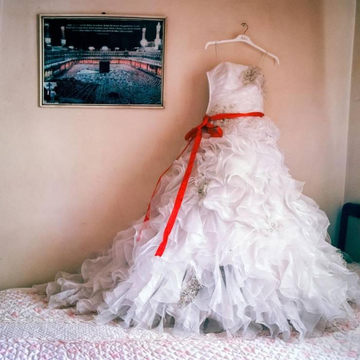 Suknia ślubna dla 14-latki - Codzienność nieletnich mężatek, które uciekły przed wojną w Syrii [FOTOREPORTAŻ]