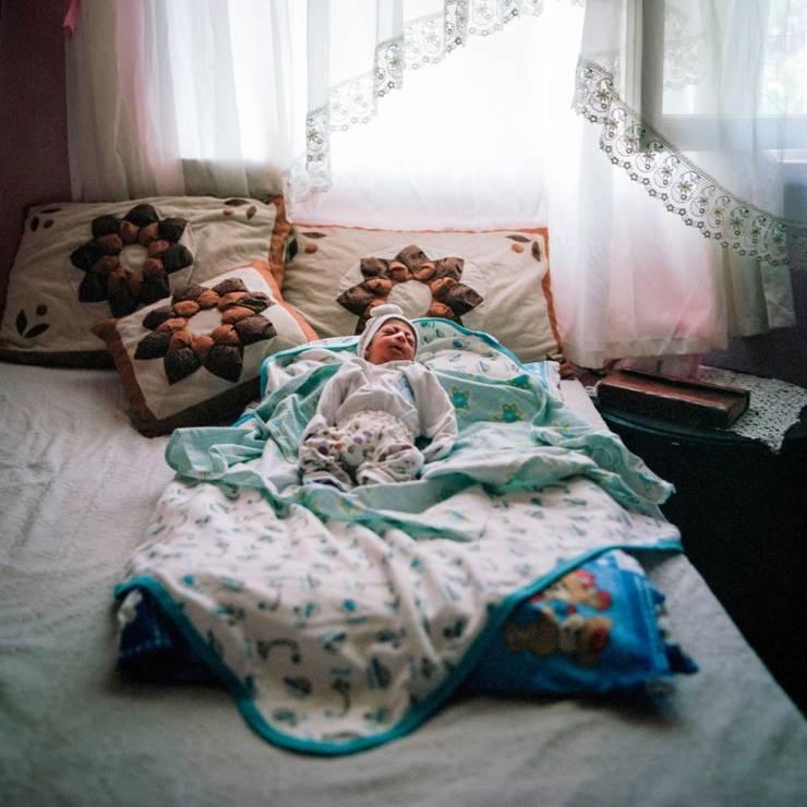Dziecko 16-letniej Z. i jej 21-letniego męża. - Codzienność nieletnich mężatek, które uciekły przed wojną w Syrii [FOTOREPORTAŻ]