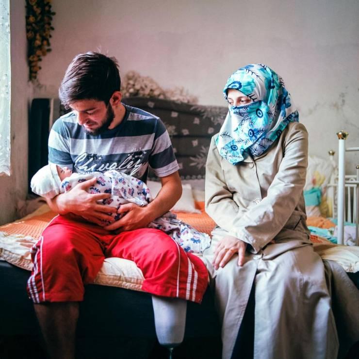 20-letni I. wraz z 17-letnią żoną A. wraz z pięciodniowym niemowlęciem. - Codzienność nieletnich mężatek, które uciekły przed wojną w Syrii [FOTOREPORTAŻ]