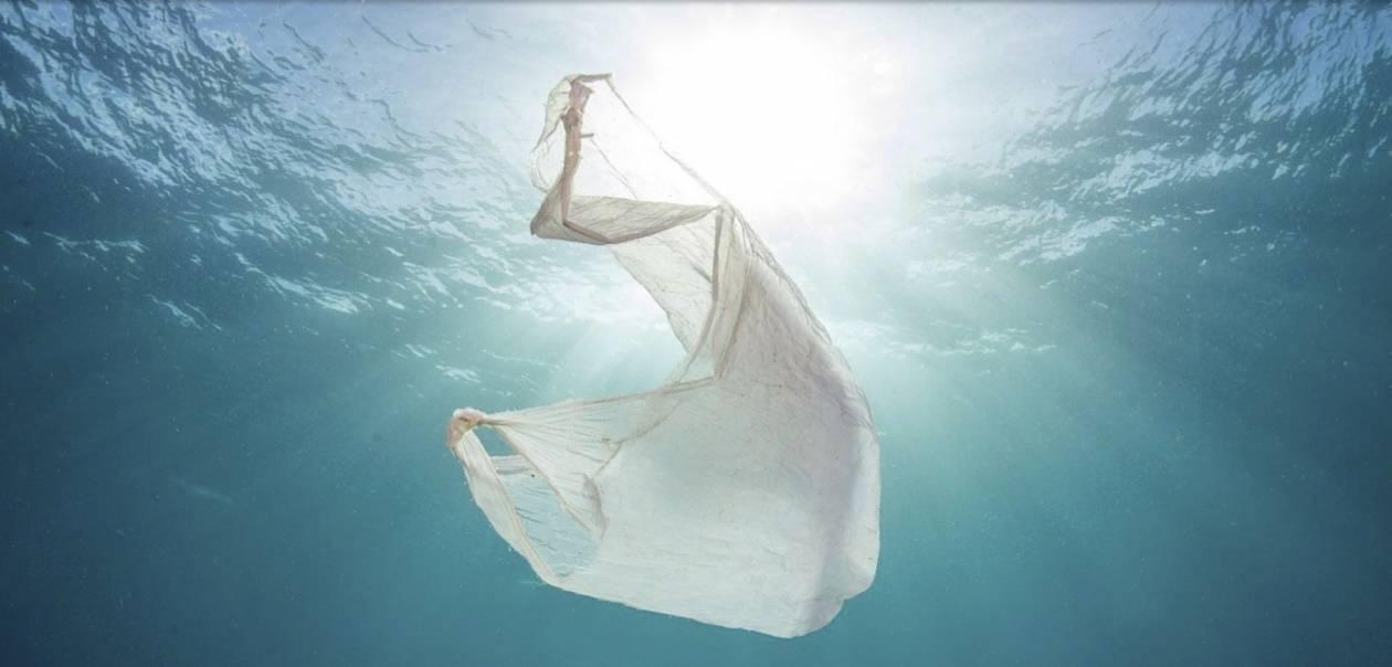1. Jest wszędzie: w wodzie... - 10 szokujących faktów na temat plastiku. Do 2050 roku wszystkie gatunki morskich ptaków będą go jeść