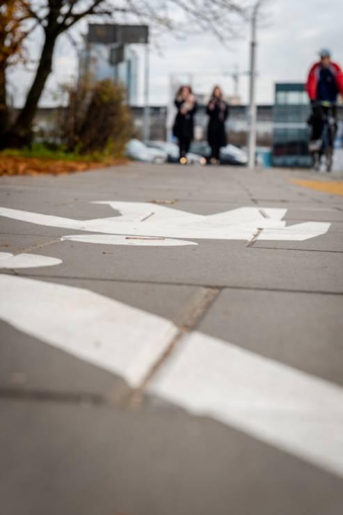 Chodnik antysmogowy, Warszawa - Chodnik antysmogowy w Warszawie- dosłownie pochłania zanieczyszczenia. Już są pierwsze efekty