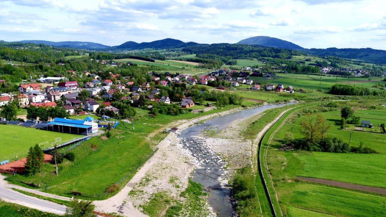 Przebudowany stopień wodny na bystrze kamienne Białej Tarnowskiej w m. Stróże. Źródło: https://biala-tarnowska